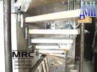 Монтаж лестницы: установление деревяных ступеней на косоур и крепления больцев