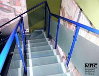 Стекляные ступени и стеклянная ограда лестницы