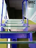 Стеклянные ступени лестницы