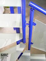 Стеклянные ступени и ограда лестницы