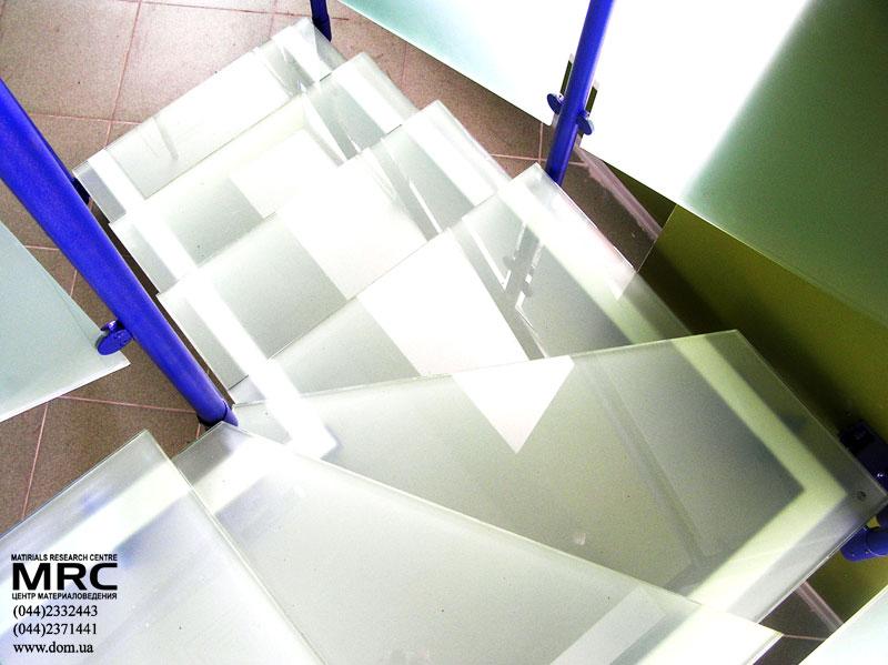 Treppe mit Stufen aus mattiertem Verbund-Sicherheitsglas