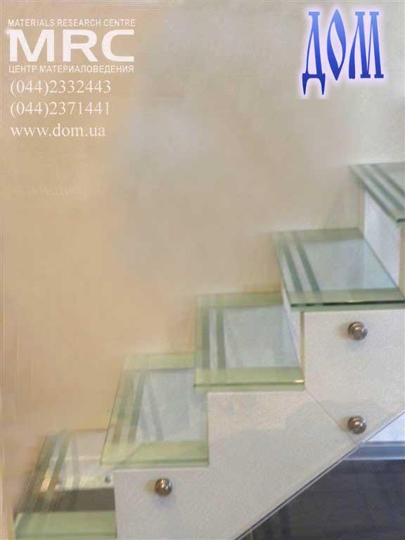 Двухкосоурная стеклянная маршевая лестница в дом, стекло триплекс