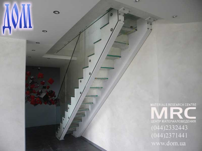 Маршевая двухкосоурная лестница со стекло ступенями и стеклянное ограждение