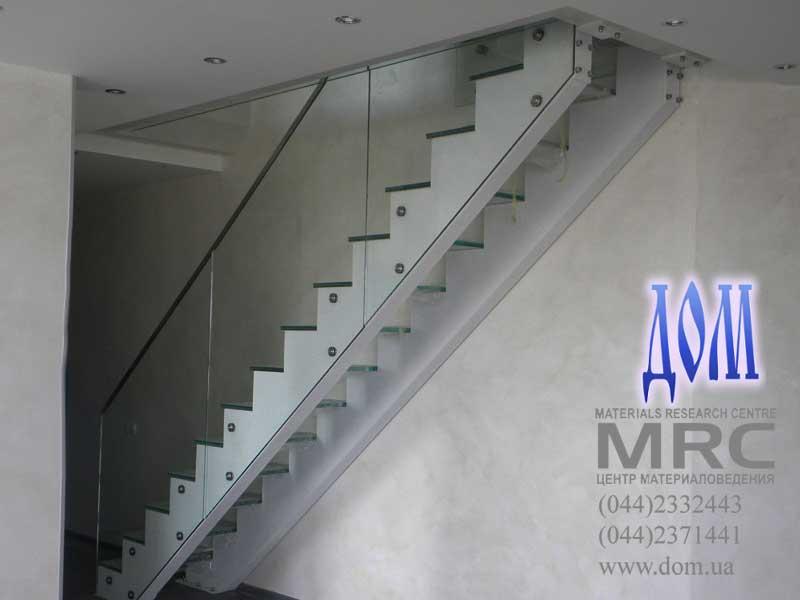Лестница с цельностеклянным ограждением
