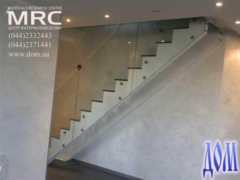 Ограждение лестницы и ступени изготовлены из архитектурного безопасного стекла триплекс