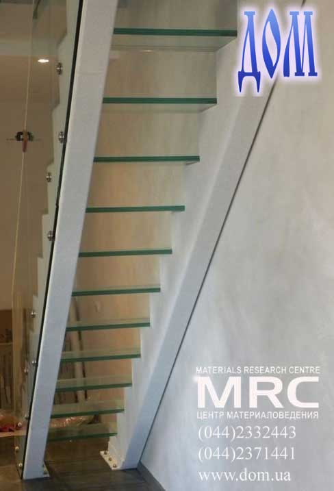 цельно стеклянное ограждение лестницы в доме