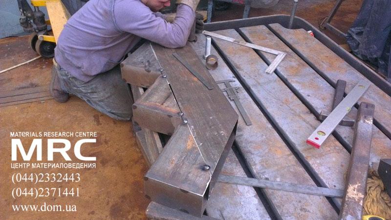 Зачистка сварных швов и разметка для сверления отверстий под крепления стеклянных ограждений