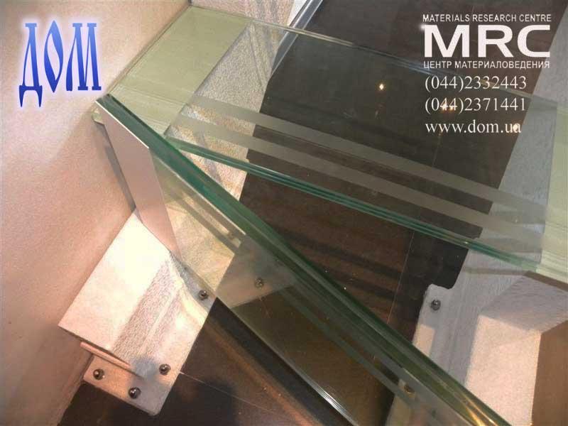 Стеклянные ступени изготовлены из каленого стекла триплекс