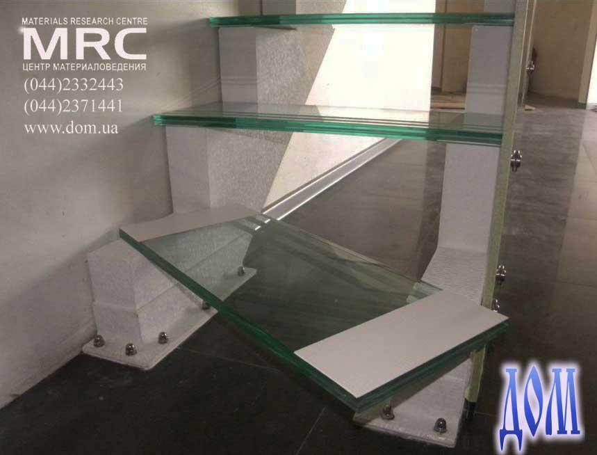 Установка ступеней из закаленного стекла триплекс на лестницу