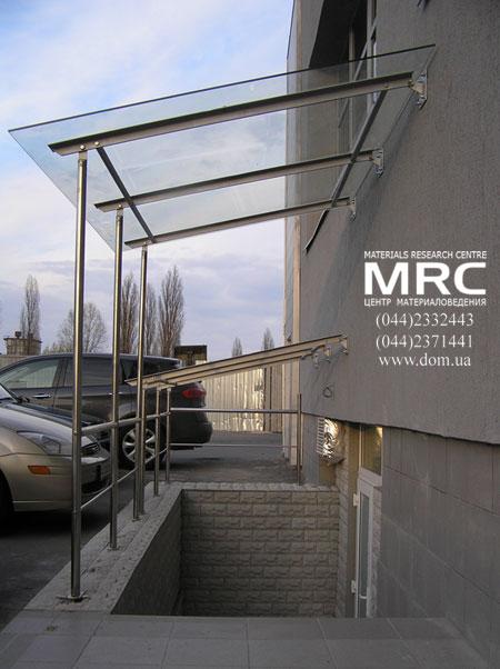 стеклянный навес из безопасного стекла, черного металла и нержавеющей стали