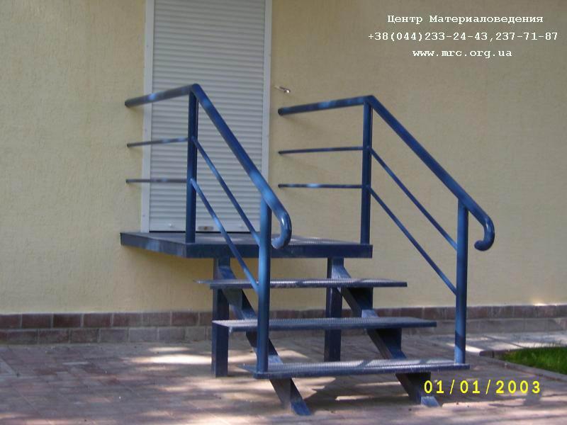 лестницы из металла у входной двери