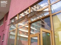 используются крепления из нержавеющей стали для подвесных стеклянных козырьков