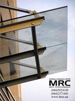 Прозорий навс із скла над входом