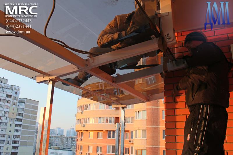 Установка стеклянных панелей навеса на металлоконструкцию
