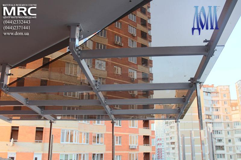 монтаж стеклянного навеса над второй террасой дома