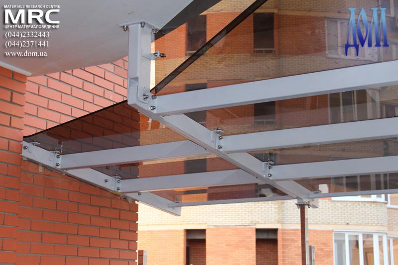 Стеклянный навес над террасой, сборка и установка на объекте