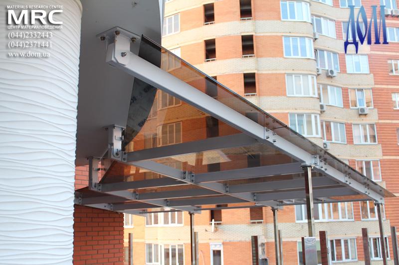 Установка стеклянного навеса над террасой