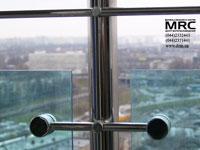 ограждение из полированной нержавеющей стали и стекла