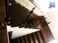 стеклянное ограждение маршевой лестницы в двухуровневой квартире