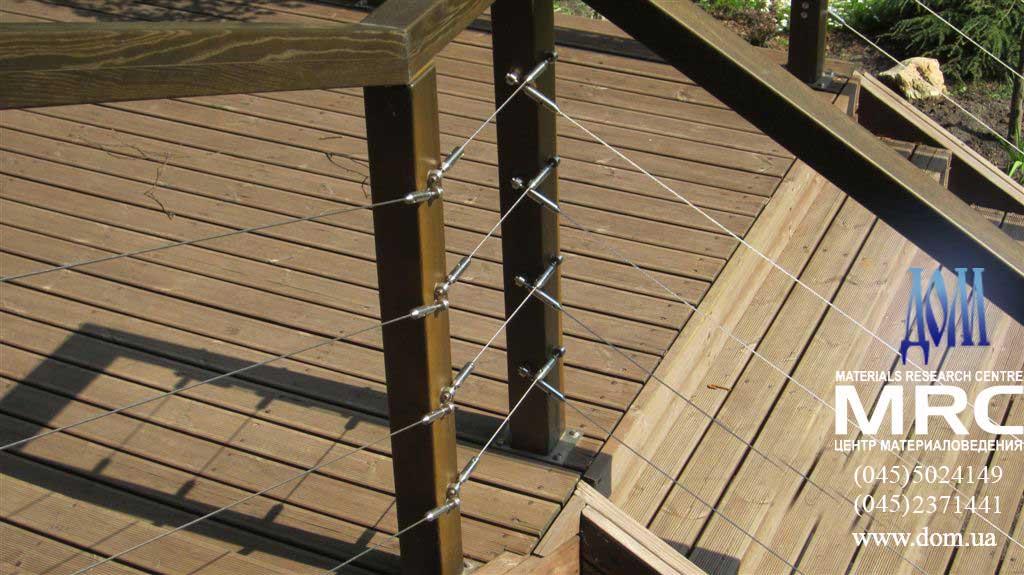 секция деревяного ограждения с тросами