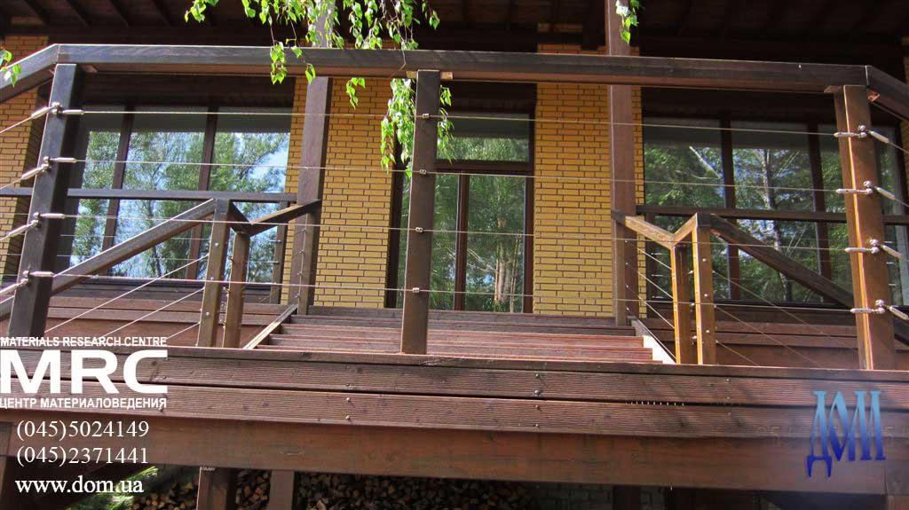 терраса дома, ограждения из дерева с тросом