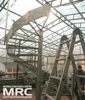 сборная конструкция винтовой лестницы со стойками, поручнем  и боковыми пластинами