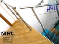 Верхнее обрамление оградой из полированной нержавеющей стали лестницы в квартире