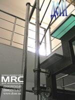 Крепления ограды к разноцветним ступеням из стекла триплекс лестницы в квартире