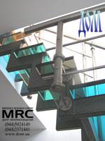 Крепления ограды к разноцветним ступеням из стекла триплекс лестницы в квартире (вид снизу)