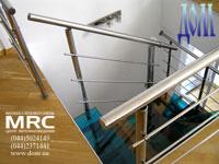 Ограда из полированой нержавеющей стали лестницы в квартире