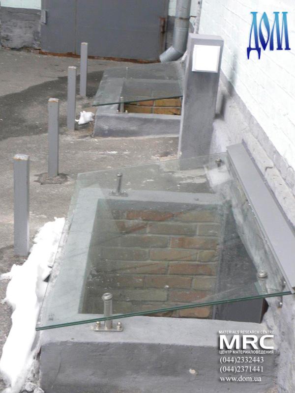козырьки из стекла над приямком, фурнитура для подвесных козырьков- нержавеющая сталь