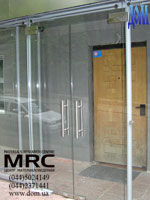 Glass entrance lobby with pendulum two leaves glass door